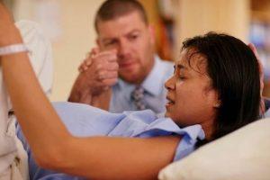 чем поможет муж в родах